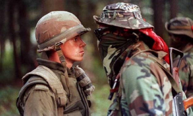 foto tentara yang bertatapan